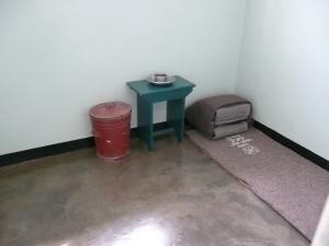 En...de cel...Enorm klein en voorzien van alles wat je hier ziet en een klein buro/boekenkast