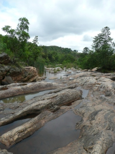 Wandelen langs de waterval