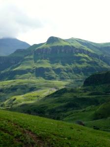 Hier zie je de 'schubben' van de Drakensbergen goed.